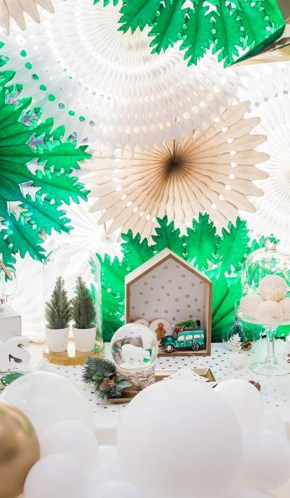 Kalėdinis skandinaviško stiliaus stalo dekoras