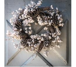 Kalėdinis vainikas su kankorėžiais ir baltomis uogomis (55 cm)