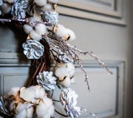 Kalėdinis vainikas su kankorėžiais ir baltomis uogomis (55 cm) 3