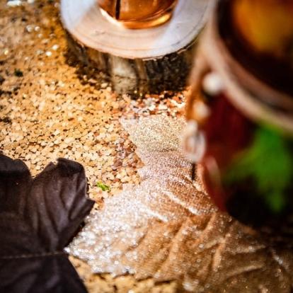 Stalo takelis iš blizgių žvynelių, šviesiai auksinis (28x300 cm)