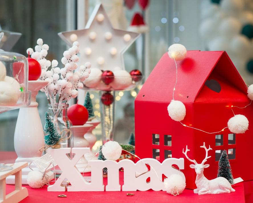 Raudonai - baltas kalėdinis dekoras