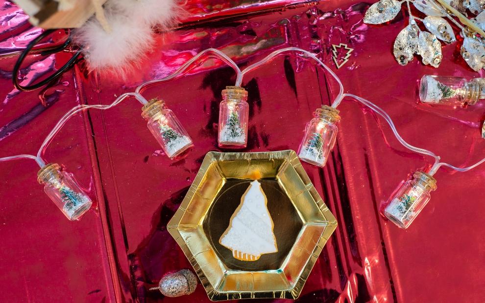 Šventinis stalo dekoras, kuriame karaliauja trys spalvos